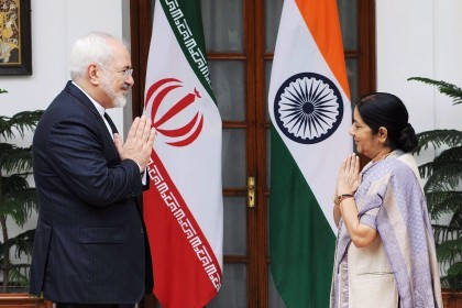 epa04883075 Iranian Minister of Foreign Affairs Mohammad Javad Zarif (L) is greeted by his Indian counterpart Sushma Swaraj prior to their meeting in New Delhi, India, 14 August 2015. Zarif is on a state visit to India to strengthen political ties between the two countries.  EPA/STR