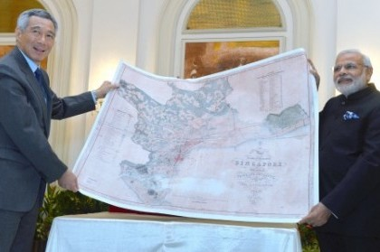 The Prime Minister, Shri Narendra Modi presenting a reproduction of a map of the island of Singapore dating back to 1849 to the Prime Minister of Singapore, Mr. Lee Hsien Loong, in Istana, Singapore on November 24, 2015.