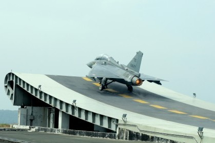 HAL_Tejas_NP-1_takes-off_from_the_Shore_Based_Test_Facility_at_INS_Hansa,_Goa