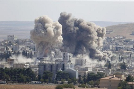 Smoke rises after an U.S.-led air strike in the Syrian town of Kobani Ocotber 8, 2014.     REUTERS/Umit Bektas